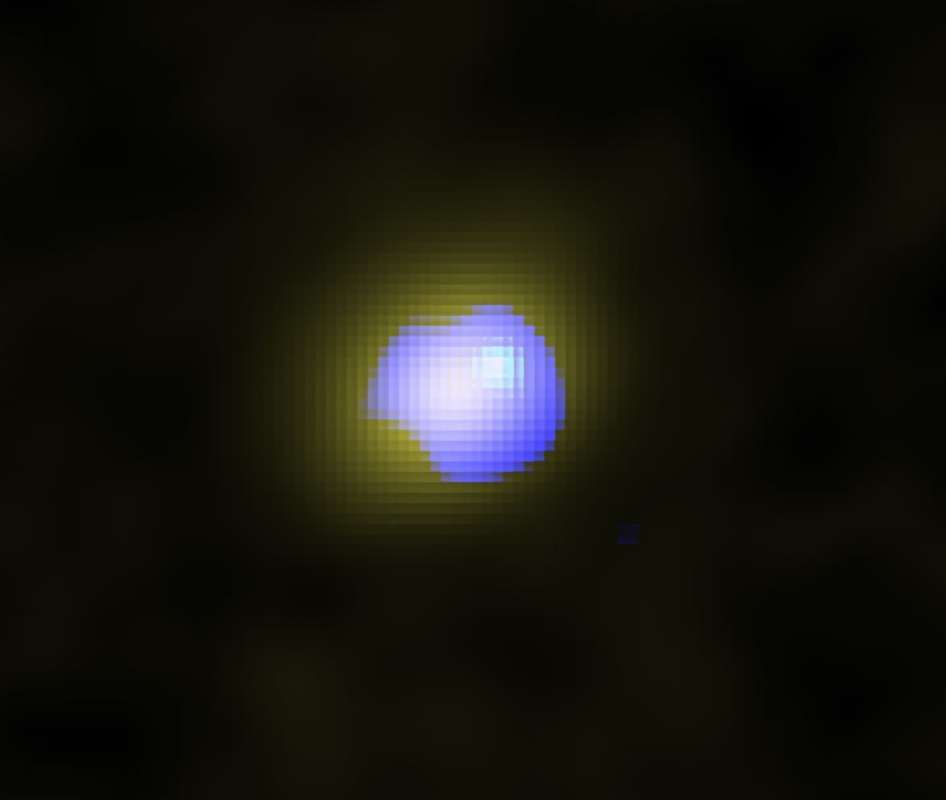 Cette image d'Alma montre en fausses couleurs la galaxie J1243 + 0100 hébergeant un trou noir supermassif en son centre telle qu'elle était il y a 13,1 milliards d'années. La distribution du gaz calme dans la galaxie est représentée en jaune, et la distribution des vents galactiques à grande vitesse est représentée en bleu. Les vents sont situés au centre de la galaxie, ce qui indique que le trou noir supermassif est à leur origine. © Alma (ESO / NAOJ / NRAO), Izumi et al.