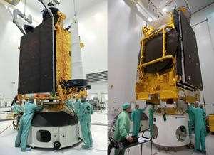 Intégration des satellites COMSATBw-2 (à gauche) et Astra 3B (à droite) sur le lanceur Ariane 5 ECA (V195). © 2010 ESA / Cnes-Arianespace / Photo Optique Video CSG