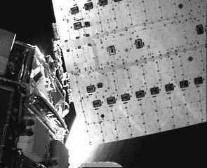 Face arrière des panneaux solaires d'ASTRO, vus par la caméra embarquée sur le bras manipulateur de NextSat. Crédit DARPA.