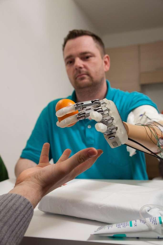 La main artificielle permet non seulement d'attraper des objets mais également de les sentir. Pour le moment le dispositif nécessite un appareillage volumineux mais les chercheurs travaillent sur la fabrication d'un système miniaturisé. © École polytechnique fédérale de Lausanne