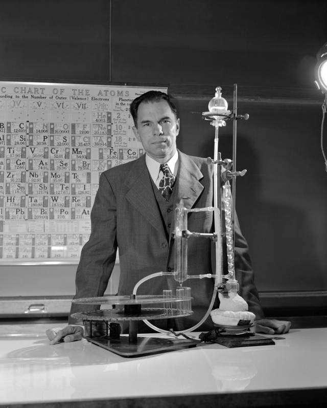 Le prix Nobel de chimie états-unien Glenn Theodore Seaborg (1912-1999) a été impliqué dans la découverte et l'étude de dix éléments transuraniens : le plutonium, l'américium, le curium, le berkélium, le californium, l'einsteinium, le fermium, le mendélévium, le nobélium et le seaborgium, nommé en son honneur. Il a également découvert plus de 100 isotopes et a fait d'importantes contributions à la chimie du plutonium. Membre du projet Manhattan, il a développé le procédé d'extraction utilisé pour isoler le plutonium de la deuxième bombe atomique, Fat Man. © Wikipédia, DP