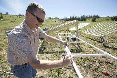 L'un des coauteurs de l'étude, Richard Gill de la Bringham Young University, a étudié la composition des sols face à un enrichissement de l'atmosphère en CO2. Ici, les serres ont été ouvertes pour les prélèvements. La concentration en azote dans le sol est restée quasiment constante au cours de l'étude, contre toute attente. © Jaren Wilkey, BYU