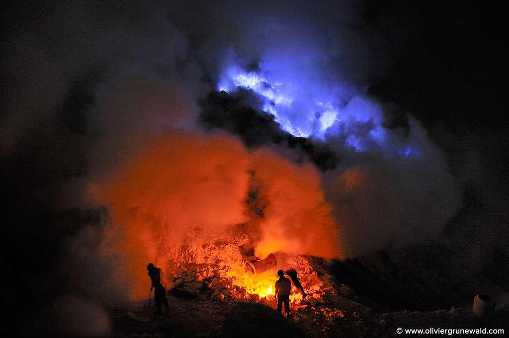 Au centre du cratère, le lac le plus acide au monde s'est peu à peu formé. Les gaz volcaniques se dissolvent dans l'eau de pluie, et lui procurent un pH de 0,2 ! © Olivier Grunewald, tous droits réservés