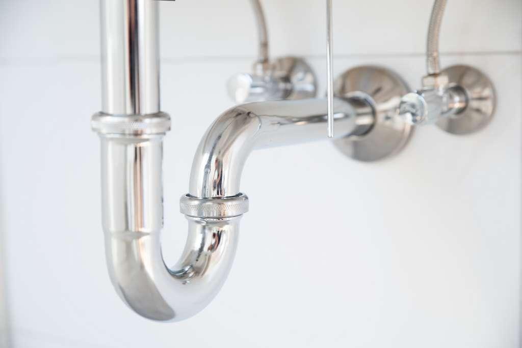 Les siphons en U sont censés prévenir le reflux d'air et de mauvaises odeurs. © Wellnhofer Designs, Adobe Stock