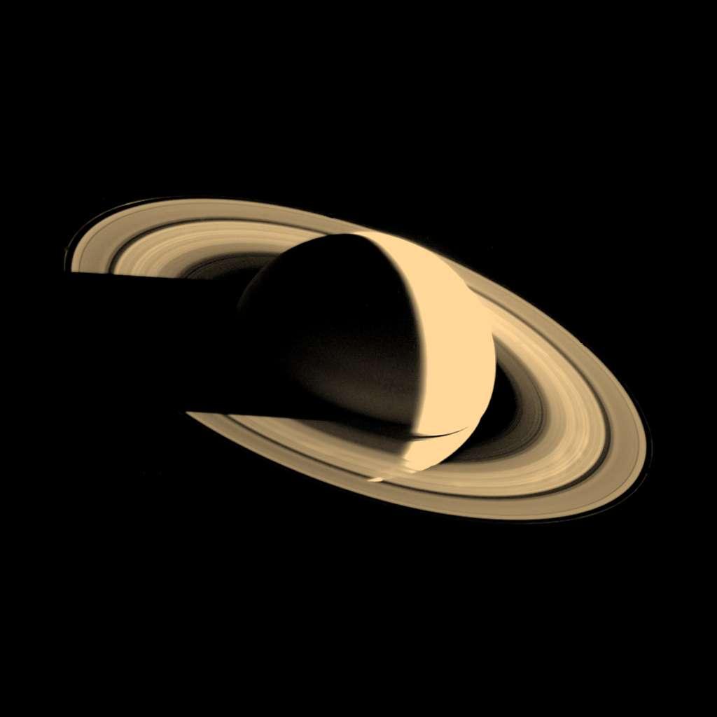 Saturne photographiée par Voyager 1 le 16 novembre 1980 alors qu'elle s'en éloigne. © Nasa, JPL