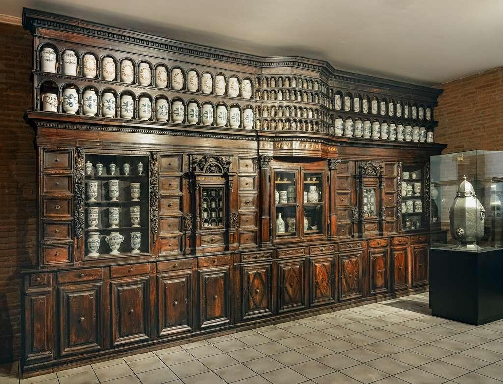 Grand meuble d'apothicaire du XVIIe siècle (vers 1630), ayant appartenu au collège des Jésuites de Toulouse ; musée Paul Dupuy, Toulouse. © Wikimedia Commons, domaine public