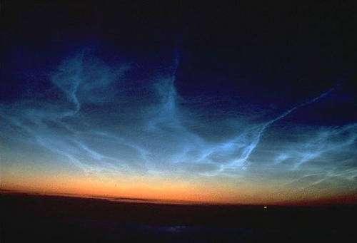 Des nuages nacrés mésosphériques observés vers 80 km d'altitude près du pôle. Crédits Documents Tom Eklund et OMA.