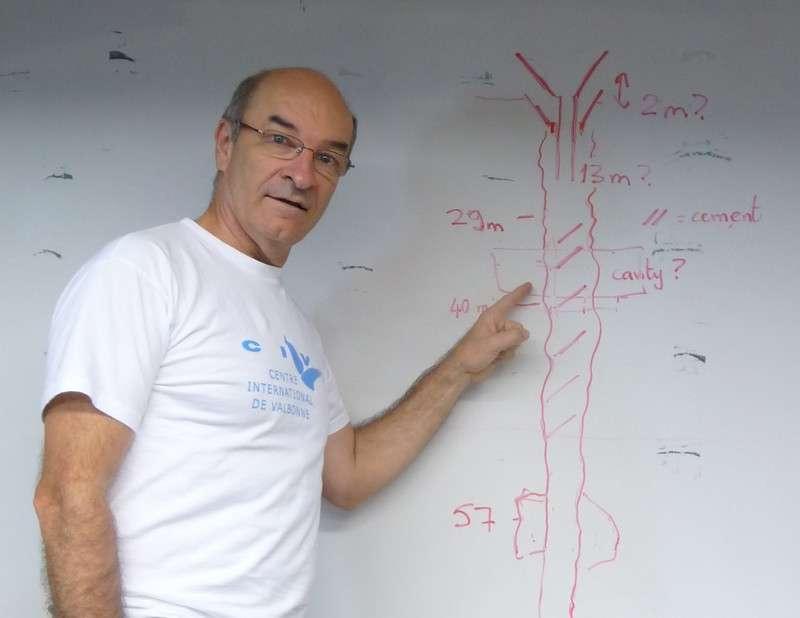 Les foreurs doivent calculer avec précision la quantité de ciment nécessaire et les zones à cimenter (à l'image, Jean-Luc Berenguer et un schéma du puits de forage). © Jean-Luc Berenguer