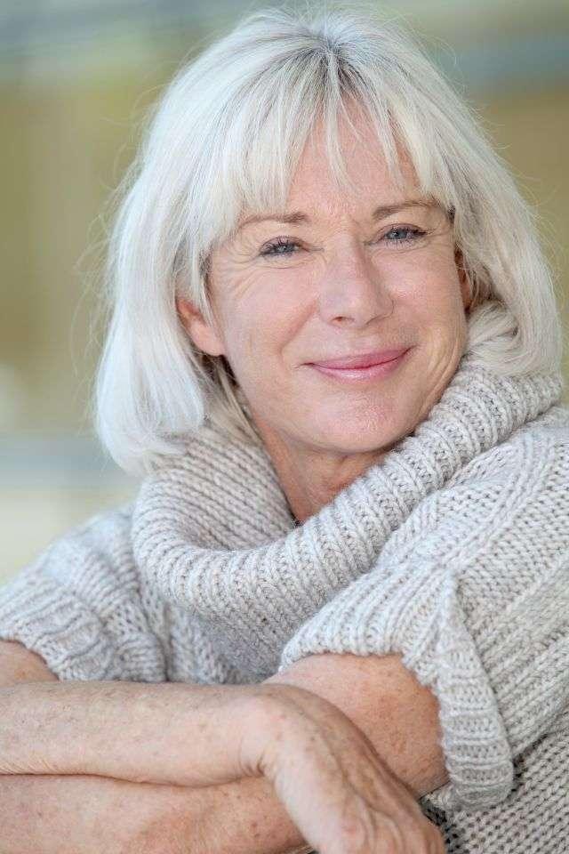 Certains acceptent et assument leurs cheveux blancs, tandis que pour d'autres, c'est plus difficile. Grâce à un nouveau traitement, nommé PC-KUS, il devrait être possible de se débarrasser de ce signe de l'âge. © Goodluz, shutterstock.com