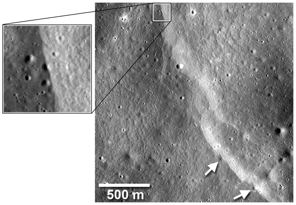 Des escarpements lobés proches du cratère Mandel'shtam (6,5°N, 161°E) ont charrié du matériel à l'intérieur de petits cratères de 20 m de diamètre, comme on le voit sur l'image en haut à gauche, ou de 40 m comme le montrent les flèches blanches en bas à droite. Crédit : Nasa/Goddard/Arizona State University/Smithsonian