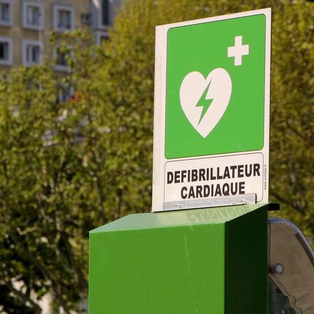 Selon les chercheurs, il faudrait plus de défibrillateurs dans les gares. © Edhral, Flickr, CC by-sa 2.0