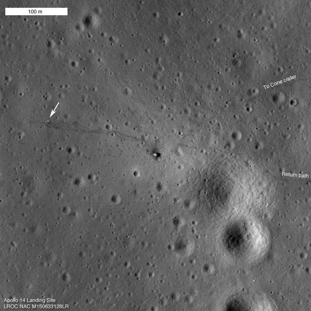 Le site d'atterrissage d'Apollo 14 photographié en 2011 par la sonde LRO, avec le module lunaire (le point blanc entouré de noir), les instruments scientifiques (indiqués par la flèche) et les traces de pas, notamment, à droite, vers le Cone Crater, situé à un kilomètre et exploré à pied par Alan Shepard et Edgar Mitchell. © Nasa, GSFC, Arizona State University