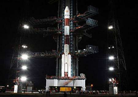 Le lanceur PSLV sur son aire de départ. Crédit ISRO