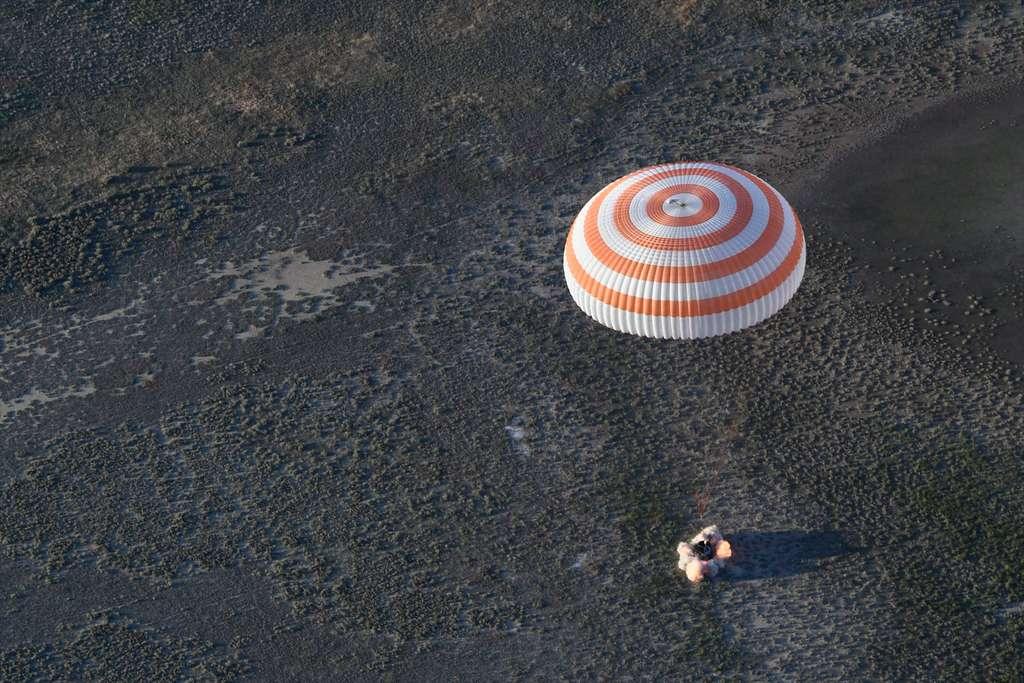 Retour du français Thomas Pesquet à bord d'une capsule Soyouz (juin 2017) après une descente sous parachute. On aperçoit les rétrofusées en action quelques dizaines de centimètres avant l'atterrissage de la capsule. © S. Corvaja, ESA