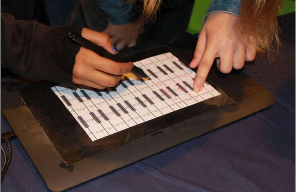 Un moyen d'acquérir de nouvelles connaissances, lors de la Fête de la science à Orsay, en 2013. © Élisabeth Piotelat