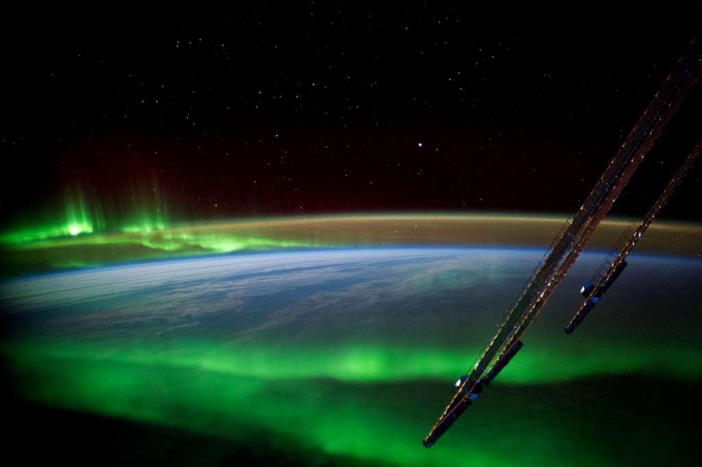 La couleur verte dominante est due à la désexcitation des atomes d'oxygène de la haute atmosphère ionisés par le vent solaire. © Esa