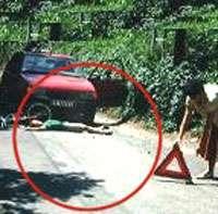 Baliser les lieux d'un accident de la route. © Croix-Rouge française, G. Pascaud