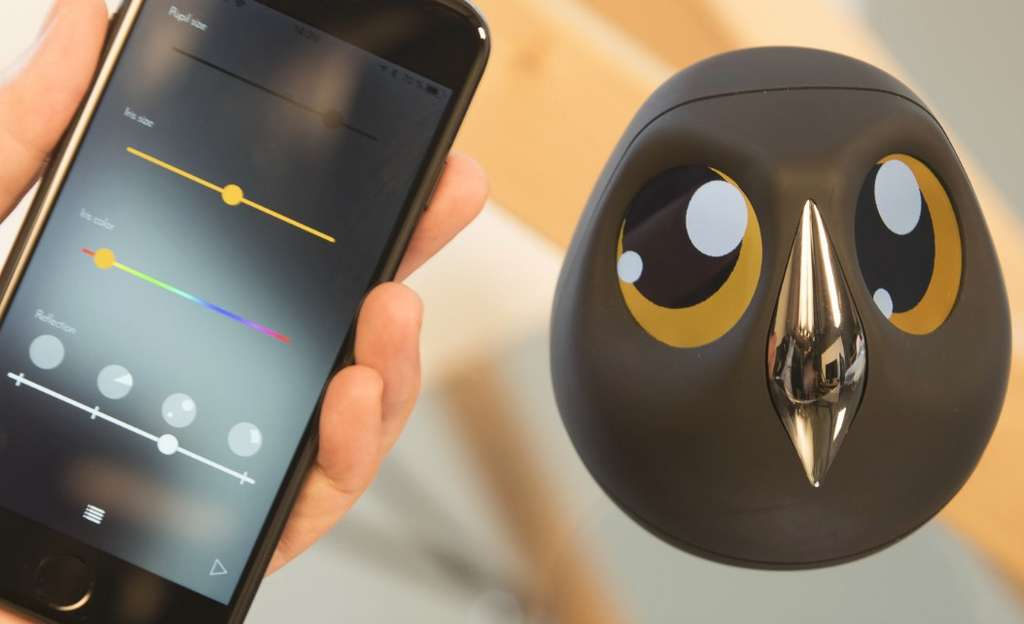 L'application mobile de la caméra Ulo permet de personnaliser le regard en jouant sur la couleur et la taille de l'iris, la taille de pupille et les reflets. © Mu Design