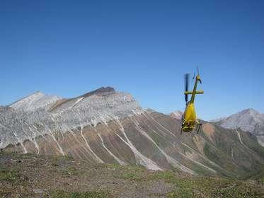 En haut de ce sommet d'une montagne du Yukon, des dépôt glaciaires, de couleur marron, surmontent un socle de carbonates (en gris), formé en région tropicale il y a 716,5 millions d'années. © Francis A. Macdonald/Harvard University