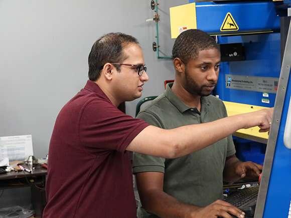 Les chercheurs de l'université du Texas Nord ont eu recours à une technique de friction-malaxage pour créer un alliage extrêmement résistant. © University of North Texas