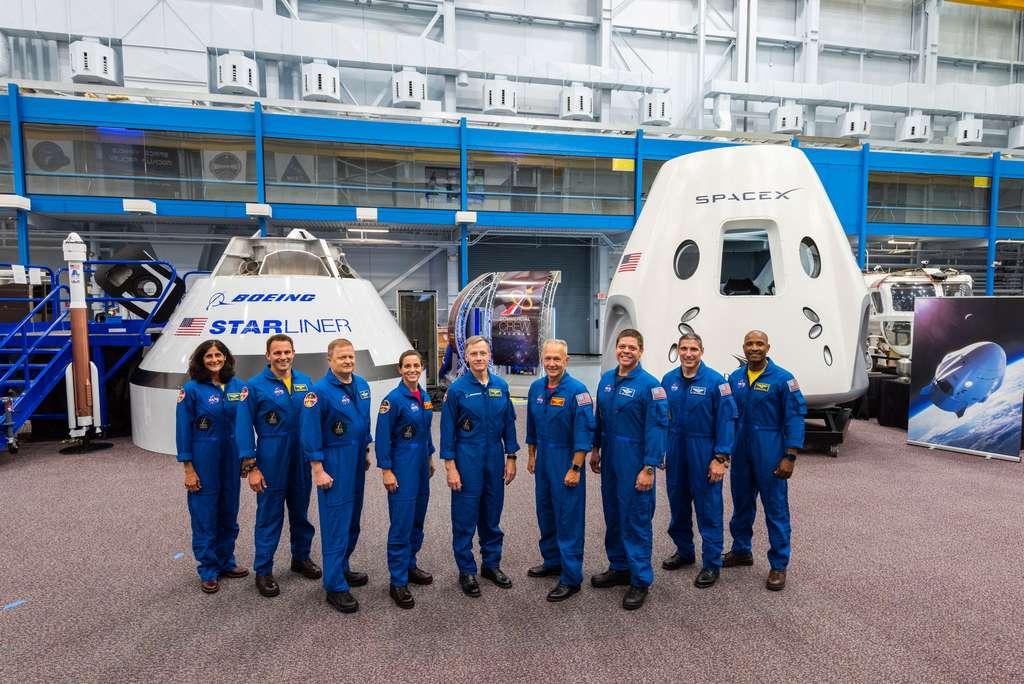 Au sein du corps des astronautes de la Nasa, un nouveau groupe de neuf personnes sélectionnées pour tester et voler à bord des véhicules spatiaux de Boeing et SpaceX (en arrière plan). © Nasa, Centre spatial Johnson