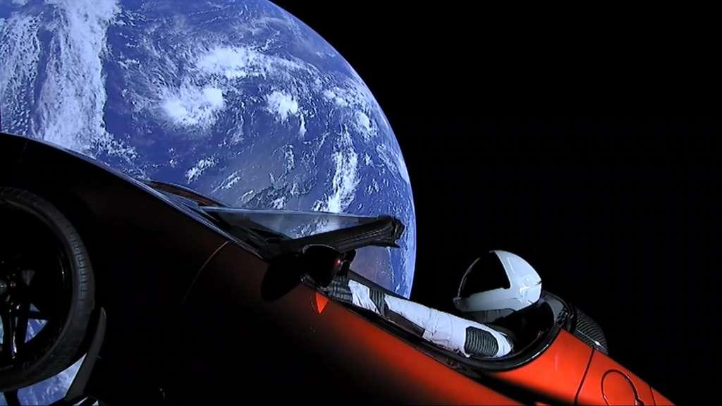 Starman, le mannequin installé dans un Roadster Tesla, survole la Terre. Image extraite de la vidéo du lancement. © SpaceX