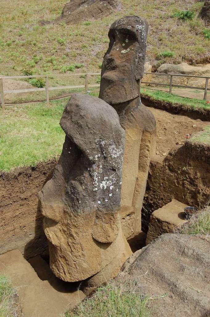 Les deux moaï que les chercheurs de l'université de Californie à Los Angeles (États-Unis) ont étudiés dans la carrière de Rano Raraku. © Easter Island Statue Project, Université de Californie