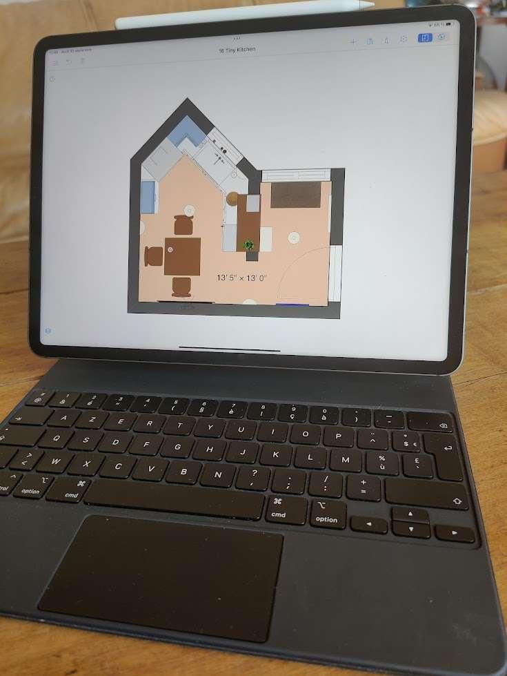 Étant donné ses dimensions, l'ajout d'un Magic Keyboard apparait pratiquement indispensable. Dommage qu'il ne soit pas inclus avec l'iPad Pro. © Futura
