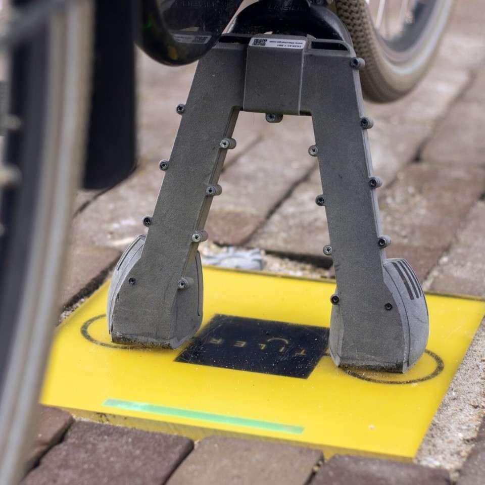 La charge par induction débute dès l'instant où la béquille est positionnée sur la dalle Tiler. © Tiler