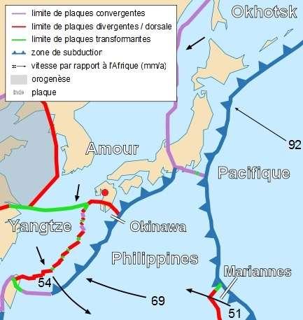 Le séisme (dont l'épicentre est marqué ici d'un point rouge) s'est produit sur l'île de Kyūshū, au sud du Japon. Le jeu des plaques tectoniques est complexe dans cette région, avec des failles convergentes (en violet), où elles s'affrontent, des failles divergentes, où elles s'éloignent l'une de l'autre (en rouge), et des failles transformantes, où elles glissent l'une contre l'autre, en sens inverse (en vert). En mer, des plaques s'enfoncent sous leurs voisines : c'est la subduction (en bleu). C'est dans l'une de ces failles que se trouve la fosse des Mariannes, le point le plus profond de l'océan mondial. © Sting, Wikipédia, CC by-sa 2.5
