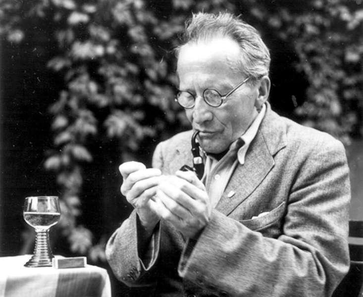 L'un des pères de la mécanique quantique, le prix Nobel de physique Erwin Schrödinger. Sa mécanique des ondes de matière gouvernées par l'équation portant son nom a permis de comprendre les propriétés des atomes et des molécules. Il a découvert avec Einstein, en 1935, le phénomène d'intrication quantique impliqué par son équation. Erwin Schrödinger était aussi un passionné de philosophie, en particulier celle du vedanta. © Cern