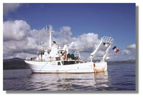 L'Alis, navire de l'IRD basé en Nouvelle-Calédonie, est équipé d'un sondeur multifaisceaux pour la réalisation de cartes sous-marines jusqu'à 1 000 mètres de profondeur © IRD.