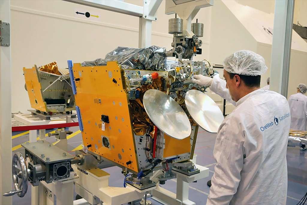 Les premiers satellites sur la chaîne d'intégration de OneWeb Satellites à Toulouse. © Airbus Defence & Space