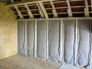 Au mur, les panneaux souples sont fixés par agrafage sur une ossature de tasseaux. © www.eco-logis.com