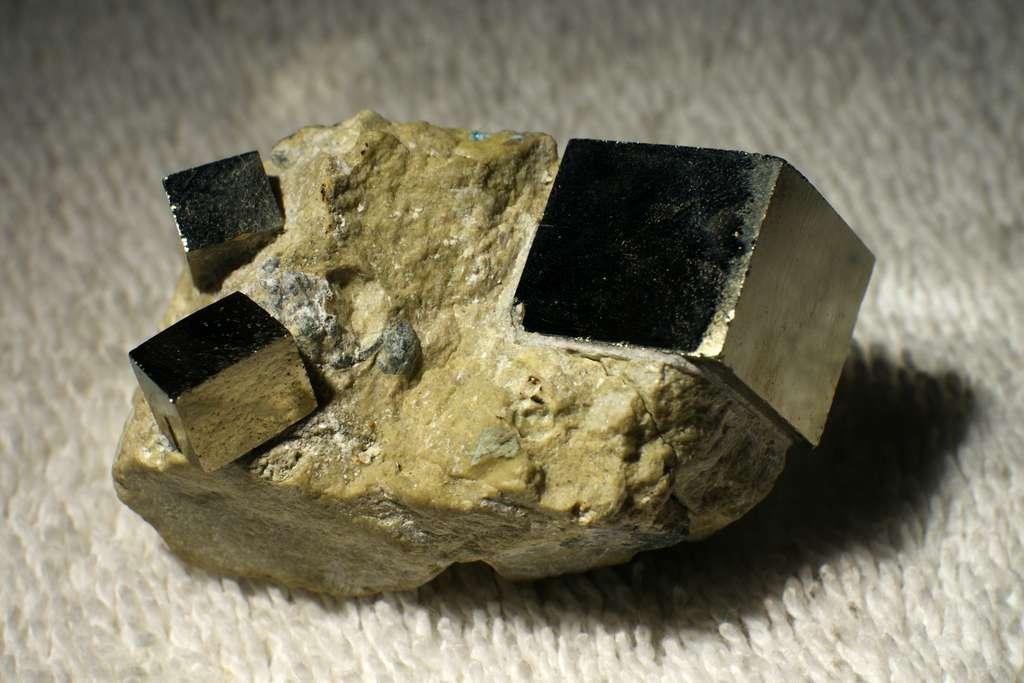 Cristaux de pyrite appartenant au système cristallin cubique. © Teravolt at English Wikipedia, Wikimedia Commons