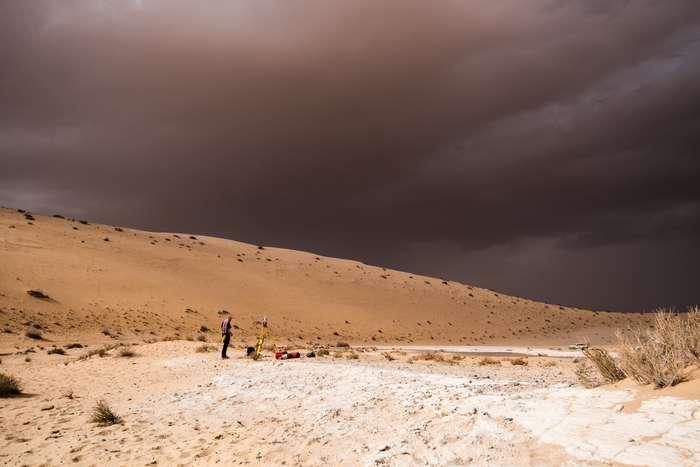 Un orage se profile vers le site de fouilles d'un ancien lac. © Palaeodeserts Project, Klint Janulis