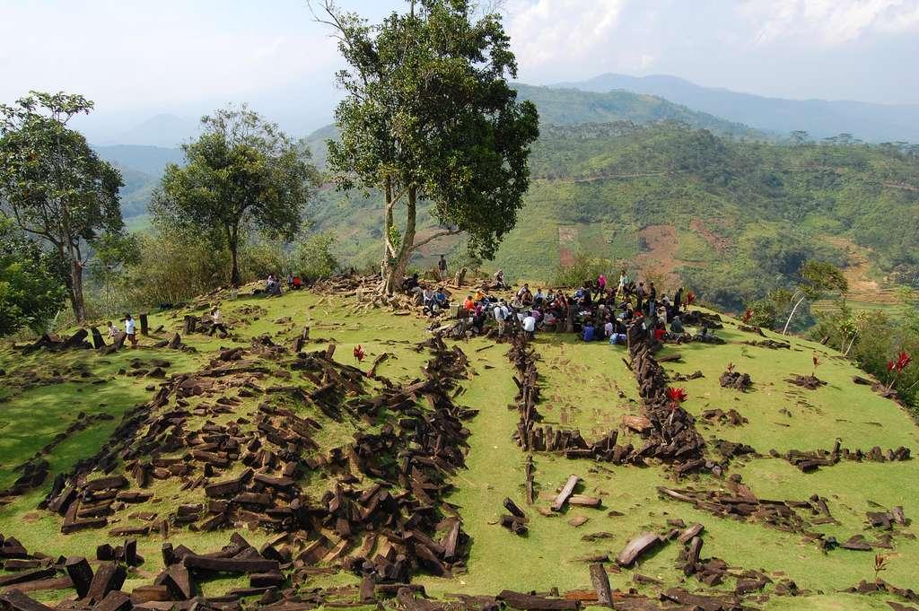 Gunung Padang, considéré comme le plus vaste site mégalithique d'Asie du Sud-Est, attire les touristes et les archéologues. © Ikhlasul Amal, Flickr