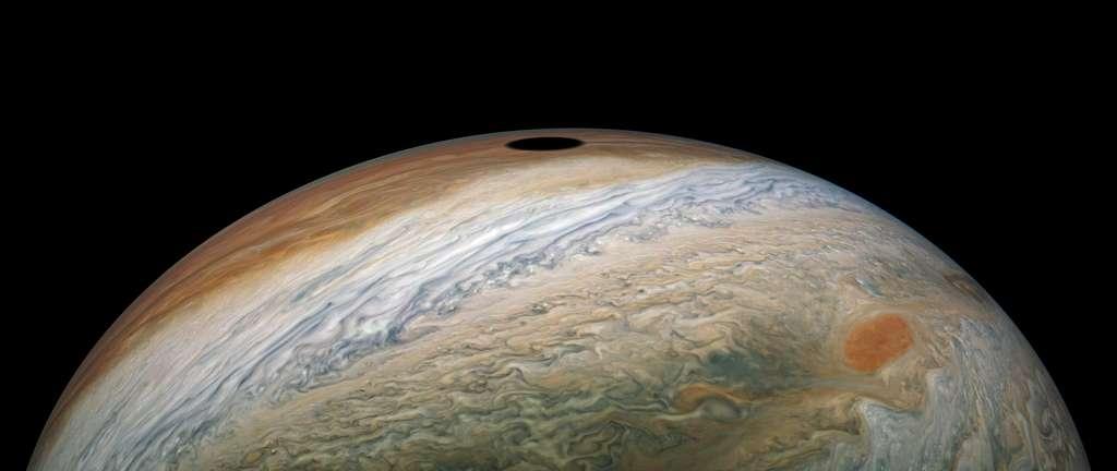 L'ombre projetée de Io sur le globe de Jupiter. La tache rouge (en bas à droite) mesure environ 4.500 kilomètres de long. © Nasa, JPL-Caltech, SwRI, MSSS, Kevin M. Gill