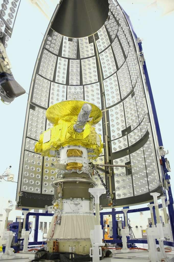 New Horizons présente une forme triangulaire dont les côtés mesurent 2,1 m et 2,7 m. Elle est surmontée d'une antenne parabolique à haut gain de 2,1 m de diamètre. L'ensemble pesait 478 kg au départ de la Terre, incluant 77 kg de propergol et 30 kg d'instruments scientifiques. © Nasa