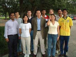 Michael Wong, au centre, avec son équipe du CBEN (Crédit : Rice University).