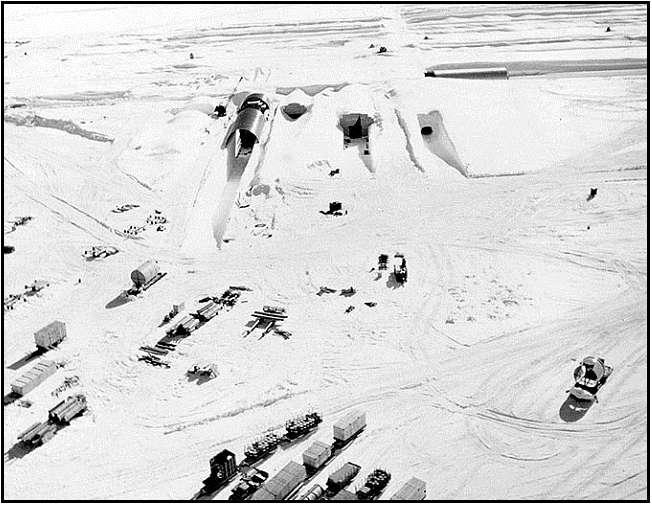 L'entrée nord-est de Camp Century en 1959. © US Army