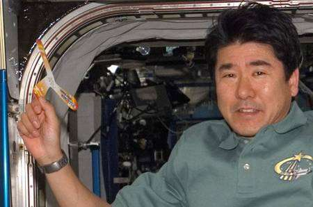 Entre deux séances de travail pour la mise en place du module Kibo, l'astronaute japonais Takao Doi réalise une expérience cruciale avec un boomerang en papier. En l'absence de pesanteur, sa trajectoire sera-t-elle la même que sur la Terre, comme le prévoient en général les modèles aérodynamiques de cet engin venu du fond des âges ? © Nasa