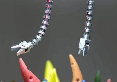 Avec ses six degrés de liberté, ce serpent articulé, commandé par un chirurgien par l'intermédiaire d'un ordinateur, peut suivre de véritables méandres dans le corps humain et porter différents instruments. Crédit : Will Kirk / JHU