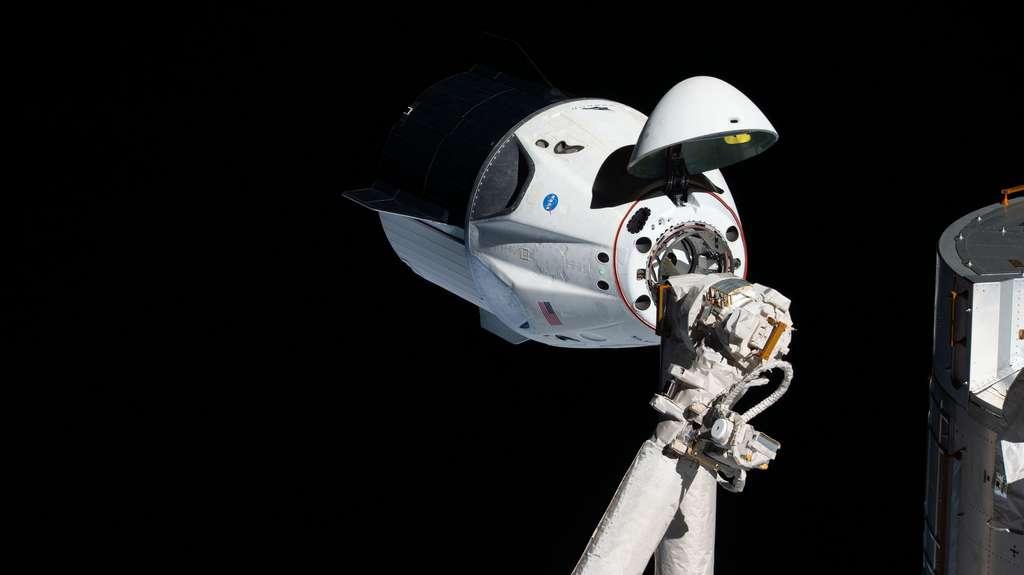 La capsule Crew Dragon de SpaceX, non habitée pour ce vol inaugural, en pleine phase d'arrimage à la Station spatiale internationale (ISS) le 3 mars 2019. © Nasa Johnson