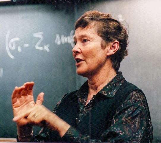 Américaine d'origine australienne, Helen Quinn, née en 1943, est une physicienne des particules dont les contributions à la recherche d'une théorie unifiée pour les trois types d'interactions de particules ont été reconnues par plusieurs distinctions, dont la médaille Dirac. Elle est surtout célèbre pour ses travaux concernant la chromodynamique quantique, la QCD. © Dan Quinn