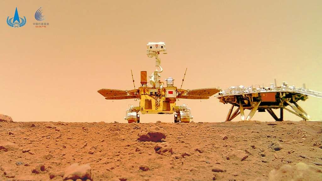 Le rover chinois Zhurong posant fièrement devant l'atterrisseur qui l'a amené sur Mars. © CNSA