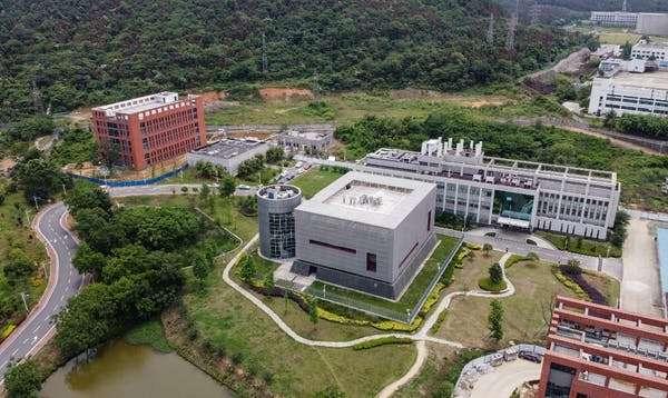 L'hypothèse de l'accident de laboratoire reste très populaire dans les médias. Ce n'est pourtant pas la plus étayée scientifiquement. En photo, le laboratoire P4 de Wuhan, en 2020. © Hector Retamal, AFP