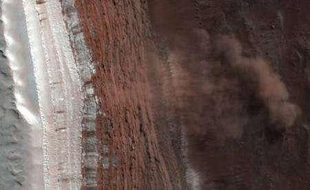Détail de l'avalanche se produisant vers le centre de la bande de terrain située à gauche de la mosaïque d'images. © Nasa/JPL