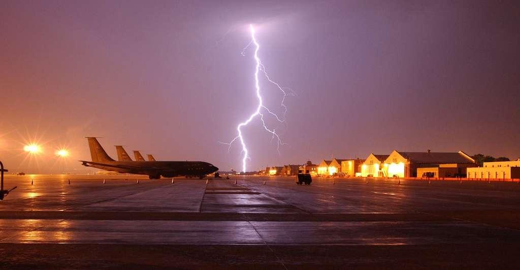 Lorsqu'un orage est annoncé, les avions, dans la mesure du possible, modifient leur altitude pour l'éviter. © skeeze, Pixabay, CC0 Creative Commons