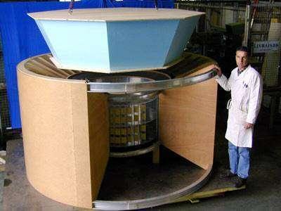 Maquette grandeur nature de l'AMS. Crédit CERN - Université de Genève.